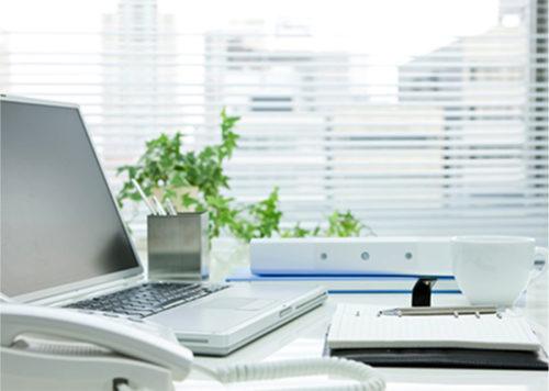 白い机に並ぶデスク用品